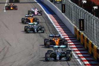 Lewis Hamilton, Mercedes AMG F1 W10, devant Carlos Sainz Jr., McLaren MCL34, Valtteri Bottas, Mercedes AMG W10, Lando Norris, McLaren MCL34, et Sergio Perez, Racing Point RP19