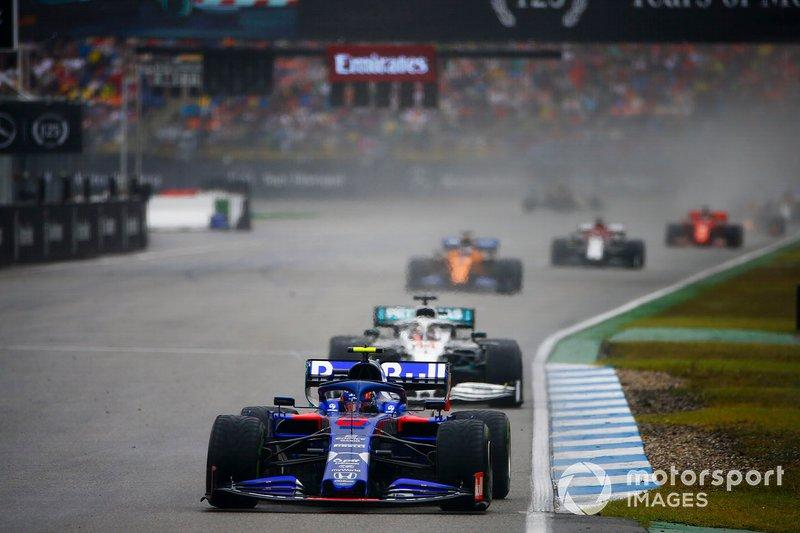 Alexander Albon, Toro Rosso STR14, precede Lewis Hamilton, Mercedes AMG F1 W10