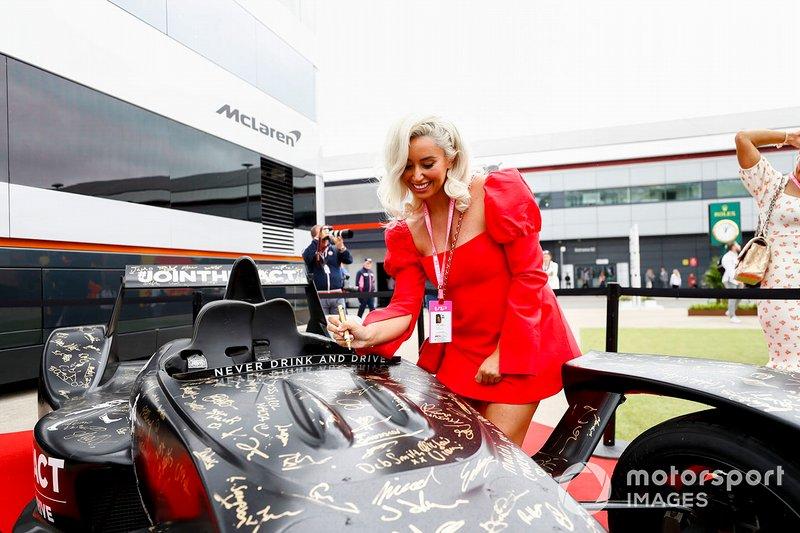 Celebridades firman el Johnnie Walker Caparo T1