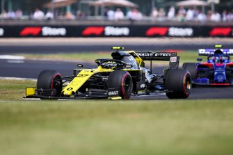 Nico Hulkenberg, Renault F1 Team R.S. 19, leads Alexander Albon, Toro Rosso STR14