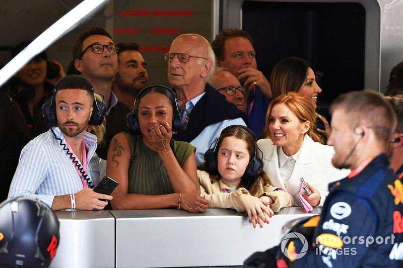 Ospiti tra cui le Spice Girls Melanie Brown e Geri Horner nel garage della Red Bull