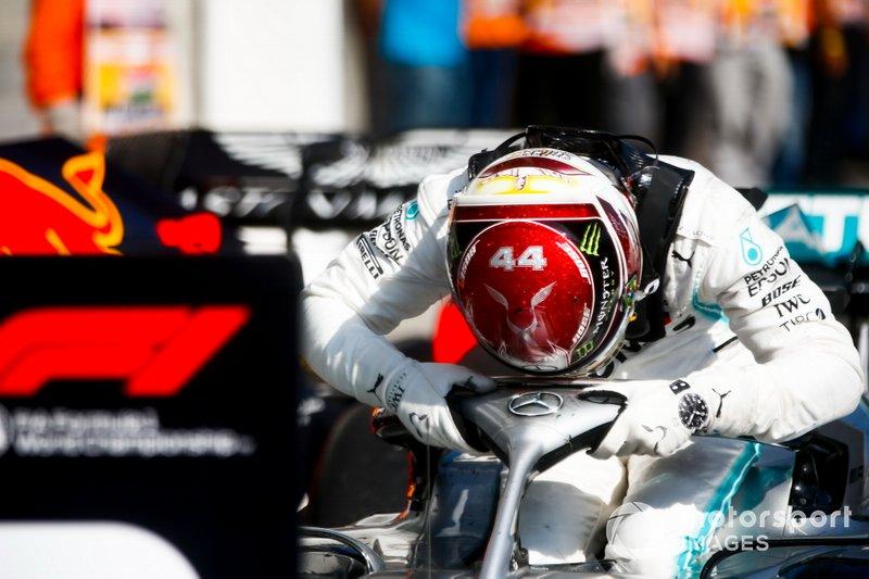 Il vincitore della gara Lewis Hamilton, Mercedes AMG F1 festeggia al Parc Ferme