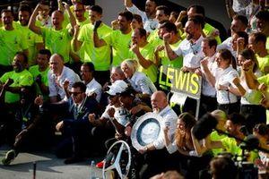 Il primo classificato Lewis Hamilton, Mercedes AMG F1, festeggia con il suo team e con gli ospiti