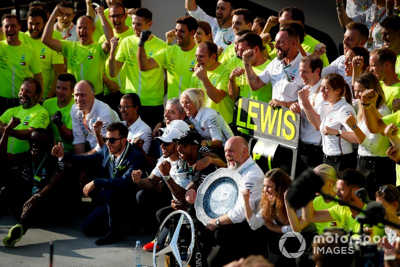 Lewis Hamilton, Mercedes AMG F1, 1ª posición, celebra con su equipo e invitados