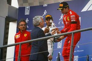 Le vainqueur Charles Leclerc, Ferrari, reçoit le trophée