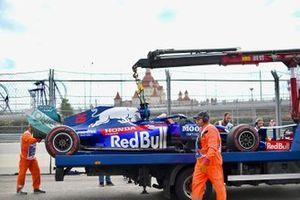 Les commissaires mettent la voiture de Daniil Kvyat, Toro Rosso STR14, sur un camion