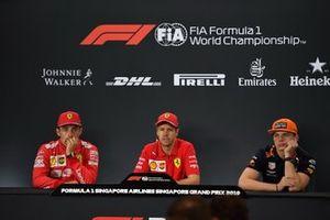 Charles Leclerc, Ferrari, 2e plaats, Sebastian Vettel, Ferrari, 1e plaats, en Max Verstappen, Red Bull Racing, 3e plaats, in de persconferentie