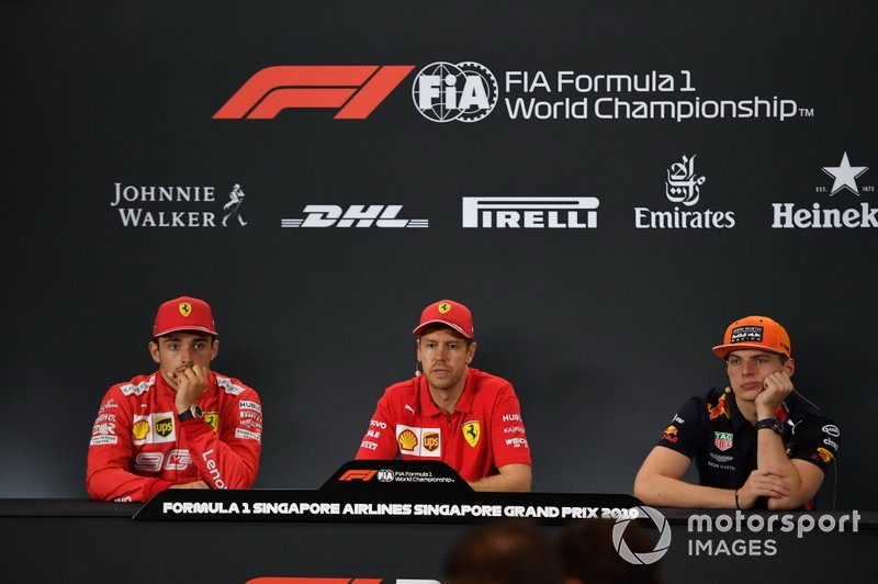 Charles Leclerc, Ferrari, secondo classificato, Sebastian Vettel, Ferrari, primo classificato, e Max Verstappen, Red Bull Racing, terzo classificato, in conferenza stampa