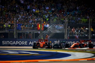 Charles Leclerc, Ferrari SF90, precede Lewis Hamilton, Mercedes AMG F1 W10, e Sebastian Vettel, Ferrari SF90, all'inizio della gara