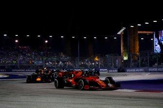 Шарль Леклер, Ferrari SF90, и Макс Ферстаппен, Red Bull Racing RB15