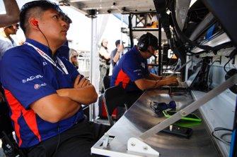 #86 Meyer Shank Racing w/ Curb-Agajanian Acura NSX GT3, GTD: Acura engineers
