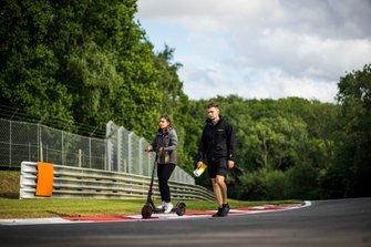 Jamie Chadwick cammina sulla pista