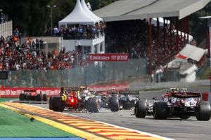 Daniel Ricciardo, Renault F1 Team R.S.19, se pone en contacto con Lance Stroll, Racing Point RP19, mientras los coches toman medidas para evitar la acción.