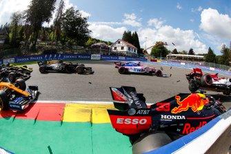 Max Verstappen, Red Bull Racing RB15, hace contacto con Kimi Raikkonen, Alfa Romeo Racing C38 en la salida y Sergio Perez, Racing Point RP19