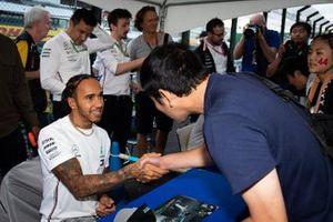 Lewis Hamilton, Mercedes AMG F1, incontra i fan