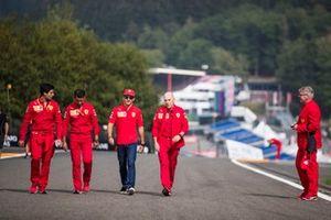 Charles Leclerc, Ferrari, camina por la pista con sus colegas, incluyendo Jock Clear, Ingeniero de Carrera, Ferrari