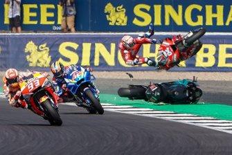 Alex Rins, Team Suzuki MotoGP, Marc Márquez, Repsol Honda Team, y el choque de Andrea Dovizioso, Ducati Team