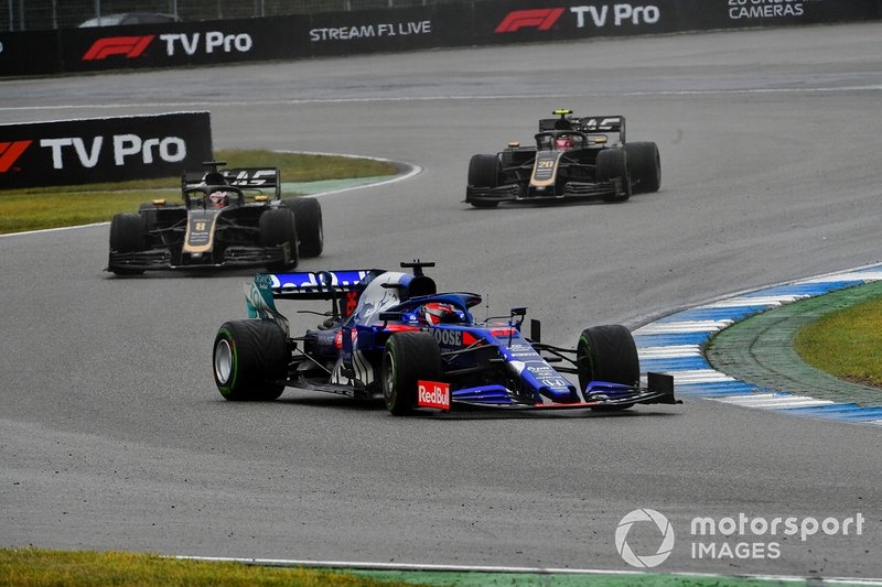 Daniil Kvyat, Toro Rosso STR14, lidera Romain Grosjean, Haas F1 Team VF-19, y Kevin Magnussen, Haas F1 Team VF-19