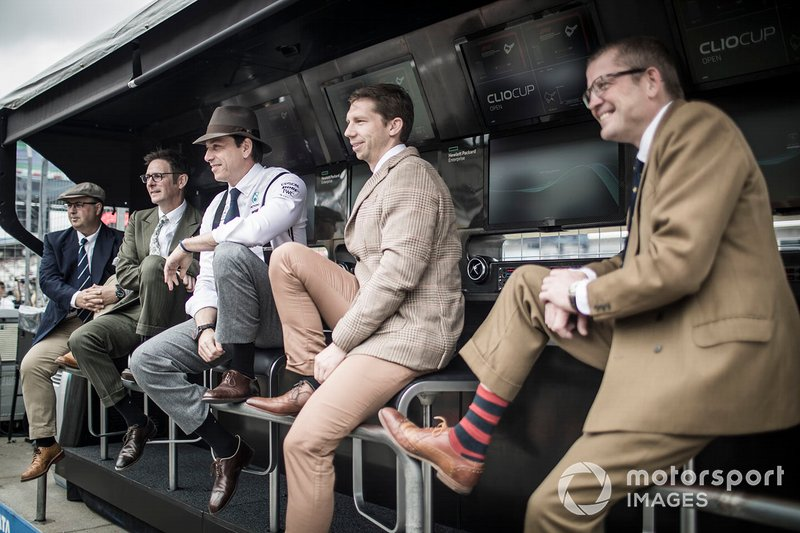 Ron Meadows, Sporting Director, Mercedes AMG, Andrew Shovlin, Chief Race Engineer, Mercedes AMG, Toto Wolff, Team Principal, Mercedes AMG, e Matt Deane, Chief Mechanic, Mercedes AMG, al muretto box, con abiti anni '50