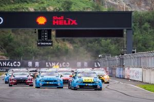 Start action, Andy Priaulx, Cyan Performance Lynk & Co 03 TCR leads