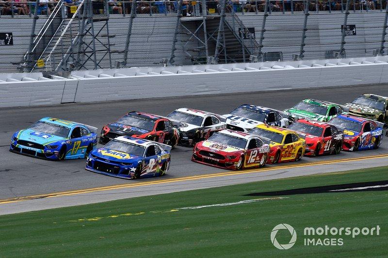 Chase Elliott, Hendrick Motorsports, Chevrolet Camaro NAPA Batteries leads