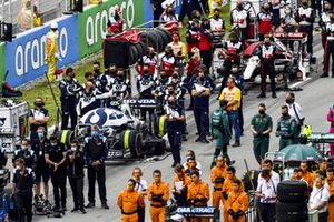 The AlphaTauri team on the grid prior to the start
