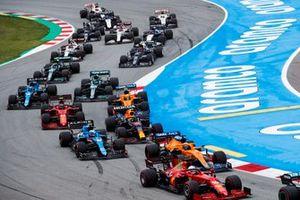 Charles Leclerc, Ferrari SF21, Daniel Ricciardo, McLaren MCL35M, Esteban Ocon, Alpine A521, Sergio Perez, Red Bull Racing RB16B, Carlos Sainz Jr., Ferrari SF21, y el resto del pelotón