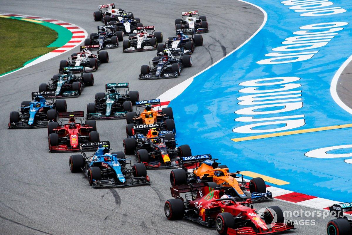 Charles Leclerc, Ferrari SF21, Daniel Ricciardo, McLaren MCL35M, Esteban Ocon, Alpine A521, Sergio Perez, Red Bull Racing RB16B, Carlos Sainz Jr., Ferrari SF21, e il resto del gruppo alla partenza