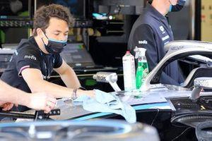 Nyck de Vries, Mercedes-Benz EQ clean his car