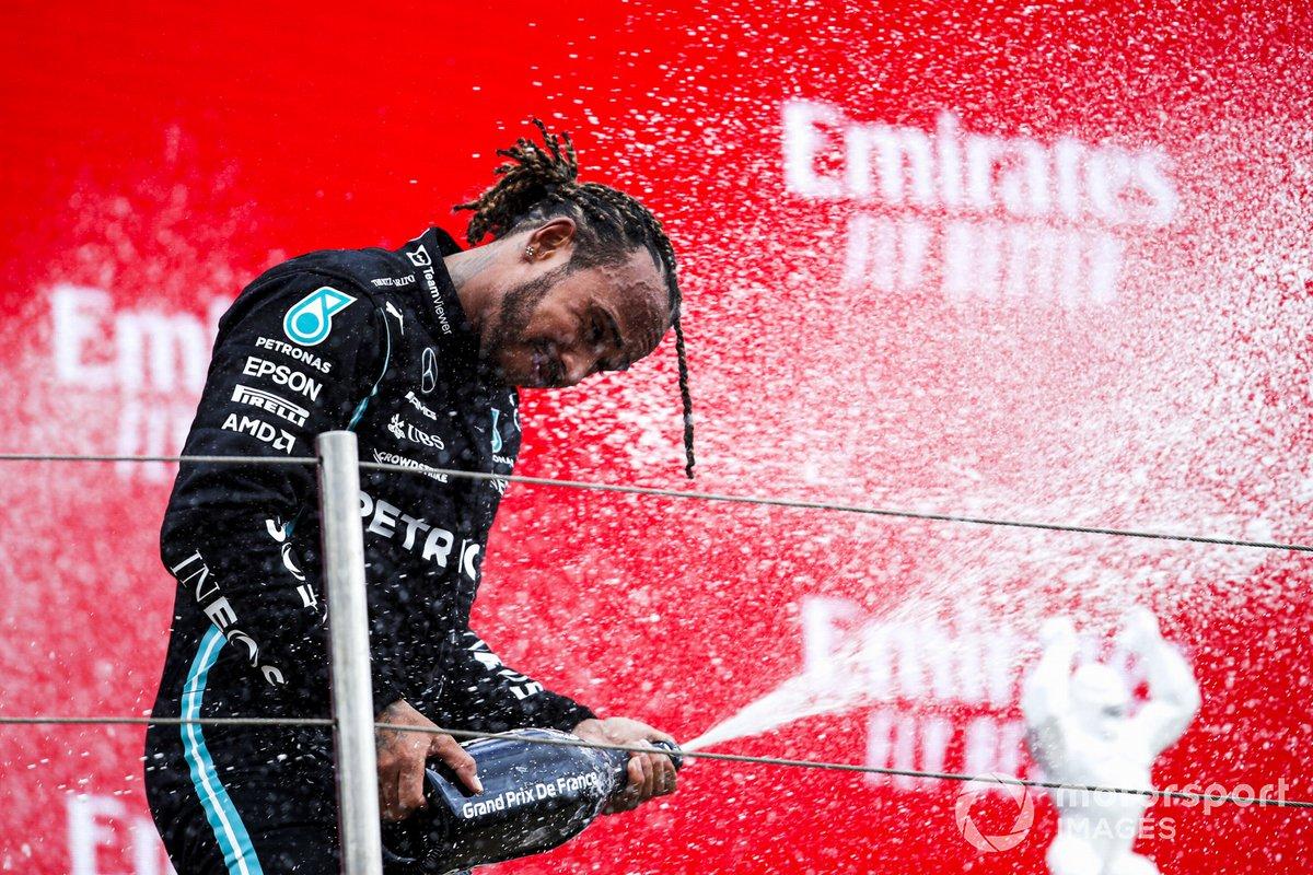 Lewis Hamilton, Mercedes, 2° classificato, sul podio