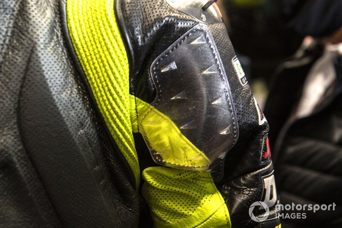 Valentino Rossi, Petronas Yamaha SRT, con aletas en el traje de cuero