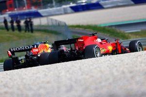 Sergio Perez, Red Bull Racing RB16B, lotta con Charles Leclerc, Ferrari SF21