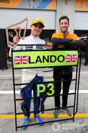 Lando Norris, McLaren, tercera posición, y Daniel Ricciardo, McLaren , celebran con el equipo McLaren tras la carrera