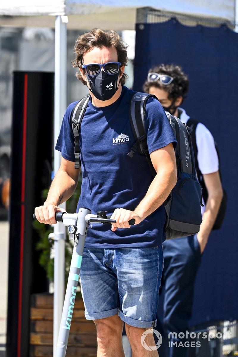 Fernando Alonso, Alpine F1, en un patinete