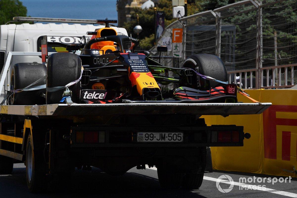 El coche dañado de Max Verstappen, Red Bull Racing RB16B, en una grúa