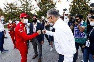 Charles Leclerc, Ferrari, Arif Rahimov, promotor del circuito urbano de Bakú, y Azad Rahimov, Ministro de Deportes de Azerbaiyán plantan un árbol con motivo del Día Mundial del Medio Ambiente