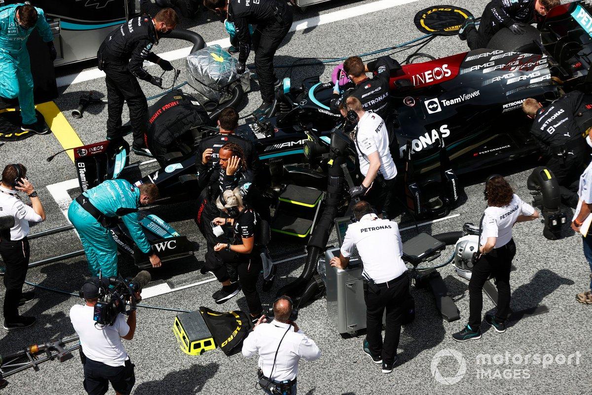 Lewis Hamilton, de Mercedes, en la parrilla con su equipo