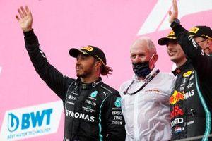 Lewis Hamilton, Mercedes, Helmut Marko, adviseur, Red Bull Racing, Max Verstappen, Red Bull Racing, en Valtteri Bottas, Mercedes, op het podium