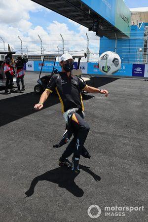 Jean-Eric Vergne, DS Techeetah, joue au football