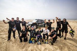Nico Rosberg, fondatore e CEO, Rosberg X Racing con Molly Taylor, Johan Kristoffersson, e i membri del team festeggiano la vittoria dell'Ocean Prix