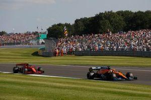 Daniel Ricciardo, McLaren MCL35M, Carlos Sainz Jr., Ferrari SF21