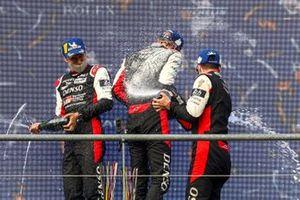 Podio: ganadores #8 Toyota Gazoo Racing Toyota GR010 - Hybrid: Sebastien Buemi, Kazuki Nakajima, Brendon Hartley