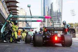 Sebastian Vettel, Aston Martin AMR21, dans les stands