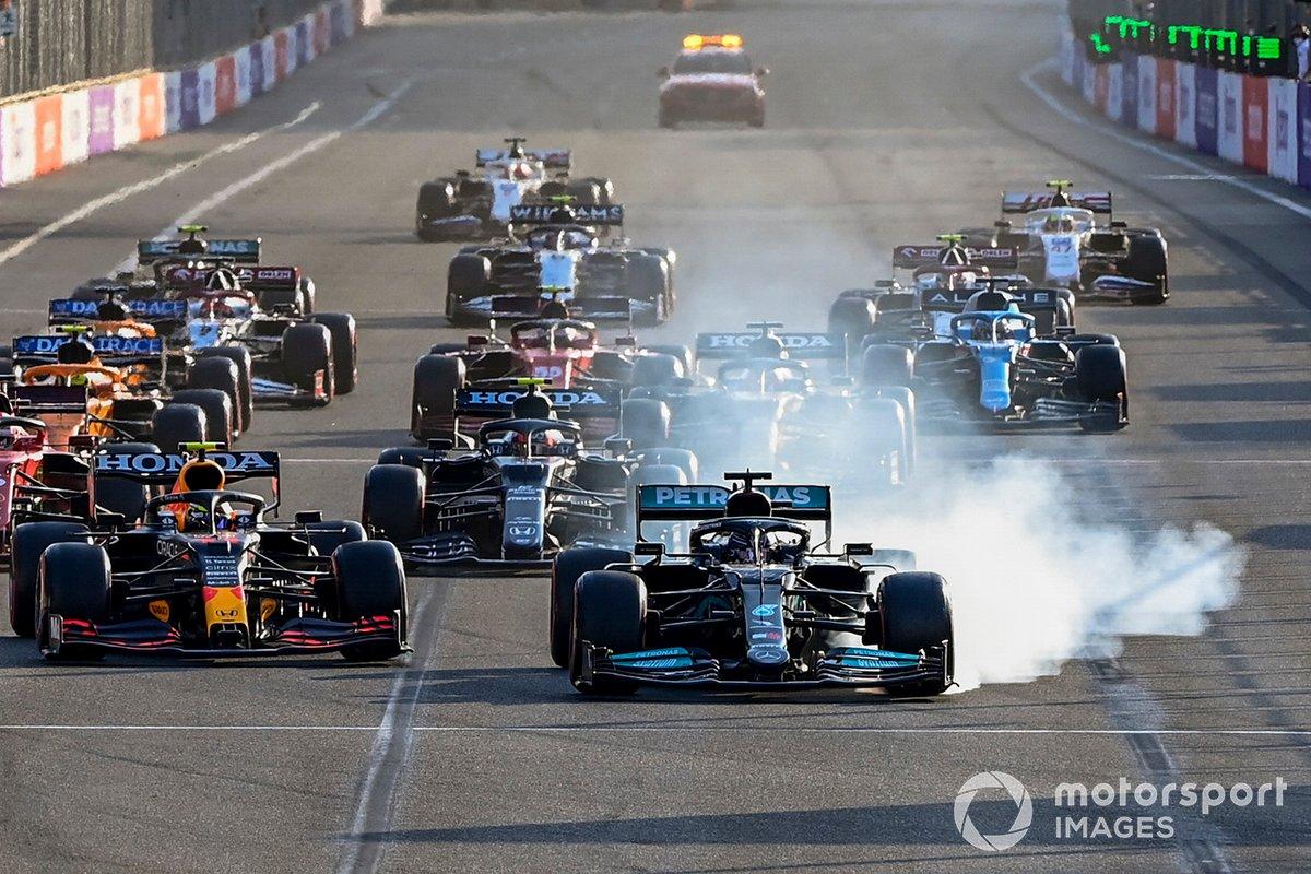 Lewis Hamilton, Mercedes W12 se bloquea y se sigue de largo al reinicio