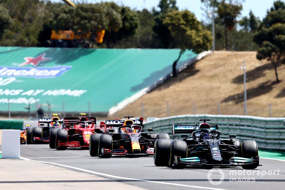 Lewis Hamilton, Mercedes W12, Max Verstappen, Red Bull Racing RB16B, Carlos Sainz Jr., Ferrari SF21