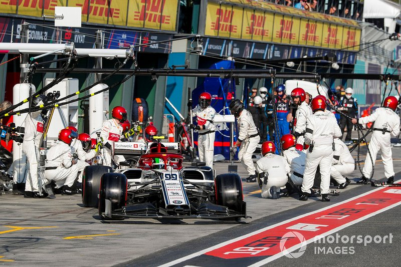 Antonio Giovinazzi, Alfa Romeo Racing C38, lascia il pit dopo la sosta