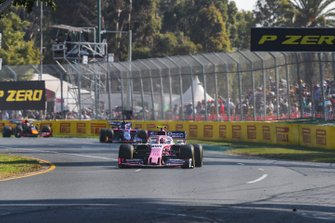 Lance Stroll, Racing Point RP19, voor Daniil Kvyat, Toro Rosso STR14, en Pierre Gasly, Red Bull Racing RB15