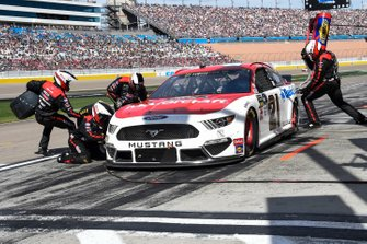 Paul Menard, Wood Brothers Racing, Ford Mustang Motorcraft / Quick Lane Tire & Auto Center, makes a pit stop