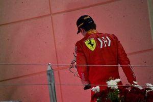 Charles Leclerc, Ferrari, troisième, sur le podium