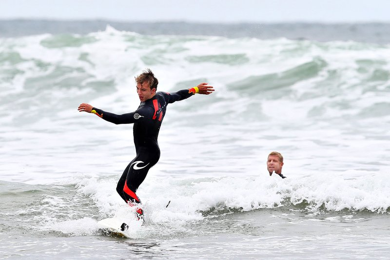 Pierre Gasly, Red Bull Racing prepare to go surfing with surf legend Mick Fanning